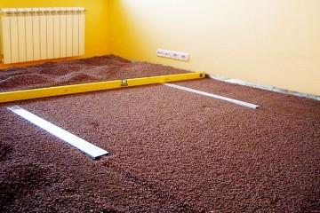 Vyravnivanie betonnogo pola suhoj stjazhkoj mini