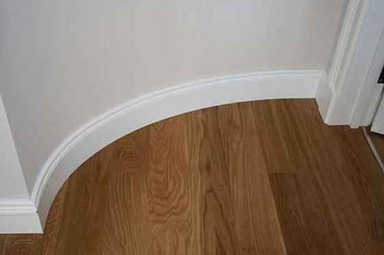 Широкий напольный плинтус - как подобрать к интерьеру, белый ... | 373x560
