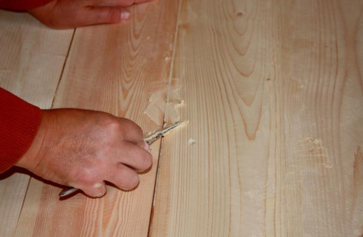 шпатлевание трещин на деревянном полу